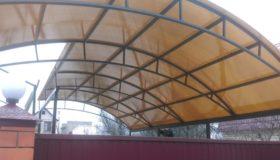 Навес из поликарбоната арочный у дома
