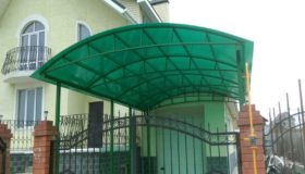 Навес из зеленого поликарбоната у дома