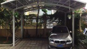 Автомобильный навес во дворе