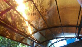 Навес из коричневого поликарбоната (у дома)