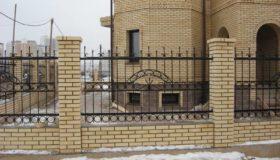 Кованый забор вокруг дома