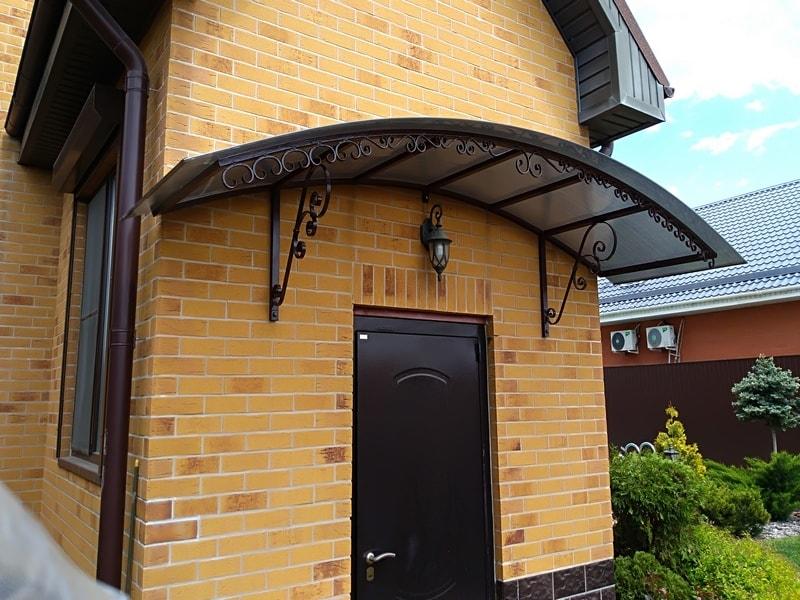 Козырек из поликарбоната над входом