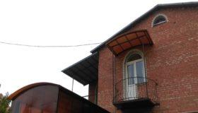 Маленький козырек из поликарбоната над балконом