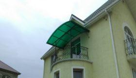 Козырек из зеленого полиуретана над балконом