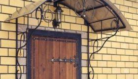Козырек из поликарбоната над входной дверью