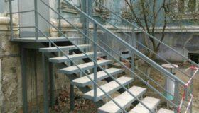 Металлическая лестница-вход