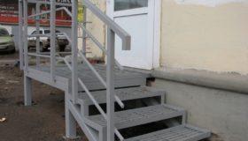 Металлическая лестница в магазин