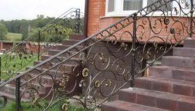Металлическое ограждение входной лестницы