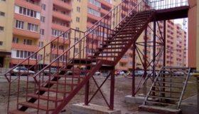 Металлическая лестница у здания