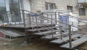 Металлическая лестница входная