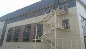 Пожарная  металлическая лестница у здания