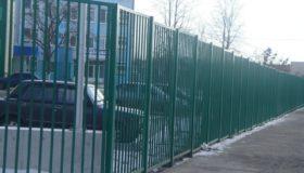 Металлический забор вокруг дома