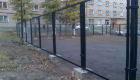 Металлический забор вокруг детской площадки