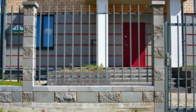 Металлический забор с дверью