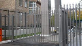 Металлический забор с дверью у детского сада