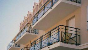 Металлические ограждения балконов в доме
