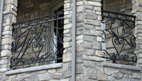 Металлическое ограждение балкона узорное