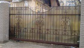 Откатные ворота на въезде во двор