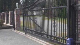 Откатные ворота у въезда в усадьбу