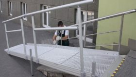 Металлический пандус для колясок у подъезда