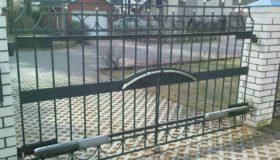 Распашные ворота на въезде во двор частного дома