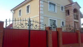 Распашные ворота на въезде во двор дома