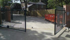 Распашные ворота с механизмом открывания