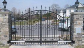 Распашные ворота на въезде в поселок