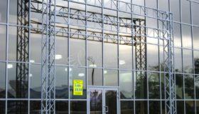 Рекламная конструкция из металла у торгового центра