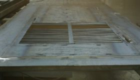 Металлическая дверь с вентиляционными решетками