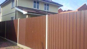 Забор из профлиста коричневый